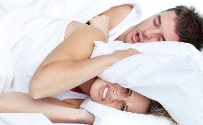 睡觉打鼾枕头怎么垫比较好(经常打鼾的人要用什么样的枕头)