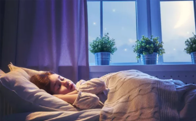 为什么睡觉床头不能靠在窗户(床头不能挨着窗户吗)